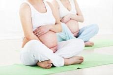 Schwangere Frauen bei einem Geburtsvorbereitungskurs