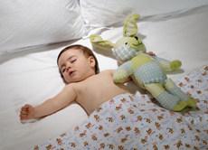 Wann kann ein Baby mit Bettdecke schlafen?