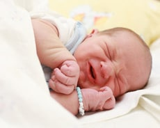 Baby mit Blähungen