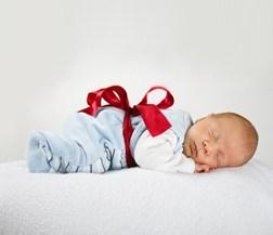 Baby als Geschenk verpackt