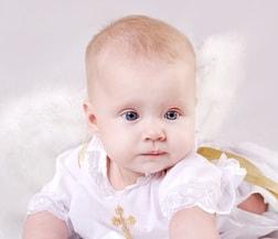Baby bei Taufe mit Geschenk