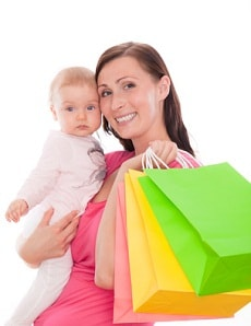Mutter mit Baby und Einkaufstaschen