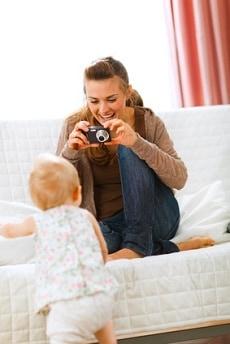 junge Mutter fotografiert ihr Baby