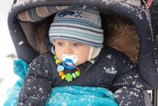 Warme Babykleidung für den Winter