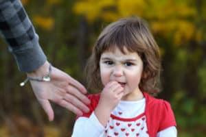 Kleines Mädchen will ihren eigenen Willen durchsetzen