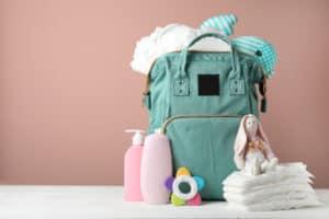 Wickeltasche vollgepackt mit Windeln und weiteren Utensilien