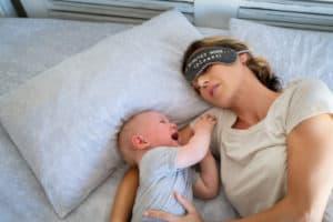 Mutter ist erschöpft, weil Baby Einschlafprobleme hat