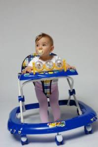 Baby sitzt im Gehfrei (Lauflernhilfe)