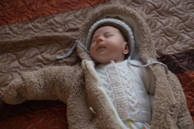 Neugeborenes wird Fleck Overall angezogen