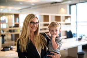 Mutter vereint Familie und Beruf - Kind mit auf Arbeit nehmen