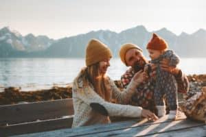Eltern und Baby machen Urlaub in Österreich